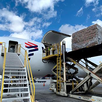 Transporte de cargas por avião cargueiro